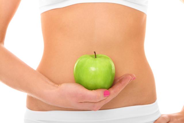 femme avec une pomme, maux de ventre, ostéopathie viscérale